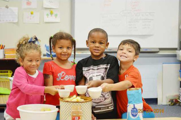 Students adding sugar to applesauce at Wateree Web